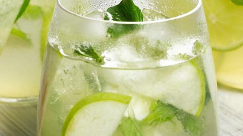 Sangría hecha con vino blanco, manzana verde, limón y hoja...