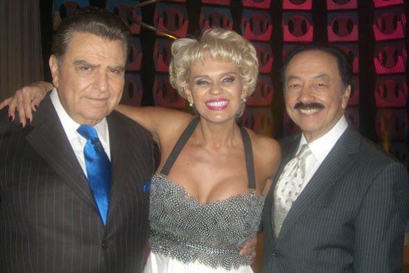 Chary al lado de don Francisco y su esposo.