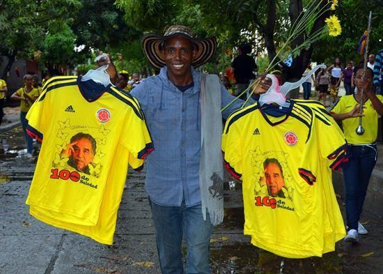 Un hombre vende camisetas de la selección de fútbol de Col...