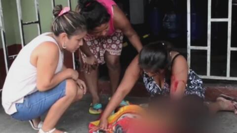 Desconsolada, madre llora sobre el cadáver de su hijo recién atropellado...