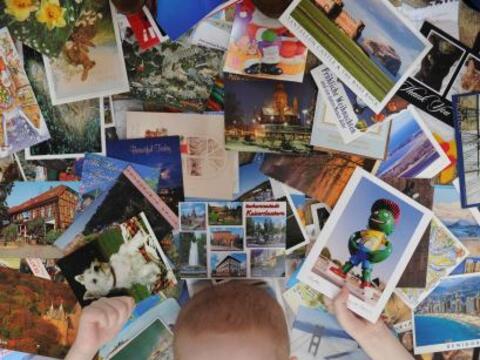 Este niño con leucemia recibió cientos de postales de todo el mundo, des...