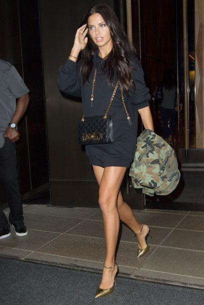 Adriana Lima no necesita más que un mini vestido.