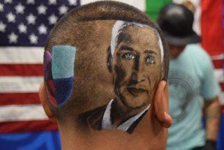 Hugo Ybarra muestra su retrato del periodista de Univision Jorge Ramos y...
