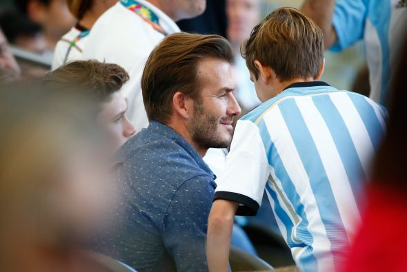 Beckham, muy atento a sus chicos. Mira aquí los videos más chismosos.