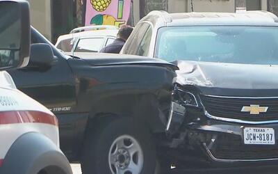 Tiroteo y choque en calles de San Antonio deja a un policía herido