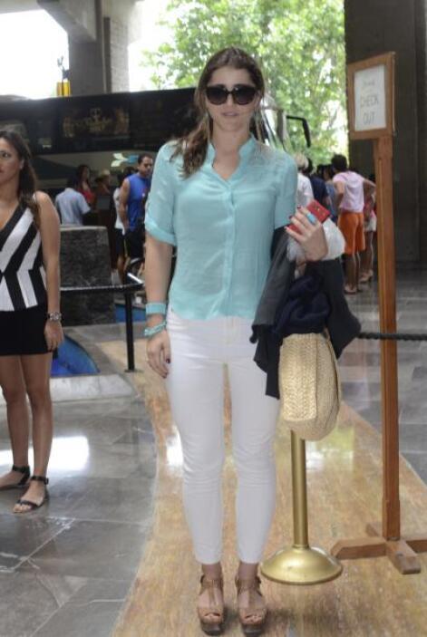 Con una blusa azul agua y un pantalón blanco, Cassandra estuvo muy conte...