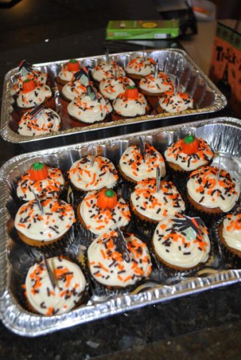 De vez en cuando, todo el mundo le echaba un ojo a los cupcakes que una...