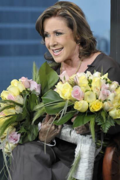 Había que consentir a la madrina del programa y le llevaron flores.