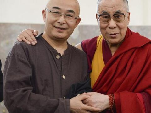 El Dalai Lama posa con el escritor disidente chino Liao Yiwu en Frácfort...
