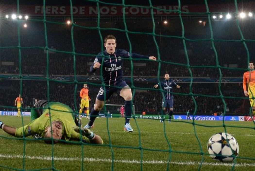 Víctor Valdés quedó tendido con las piernas dobladas y viendo al balón p...