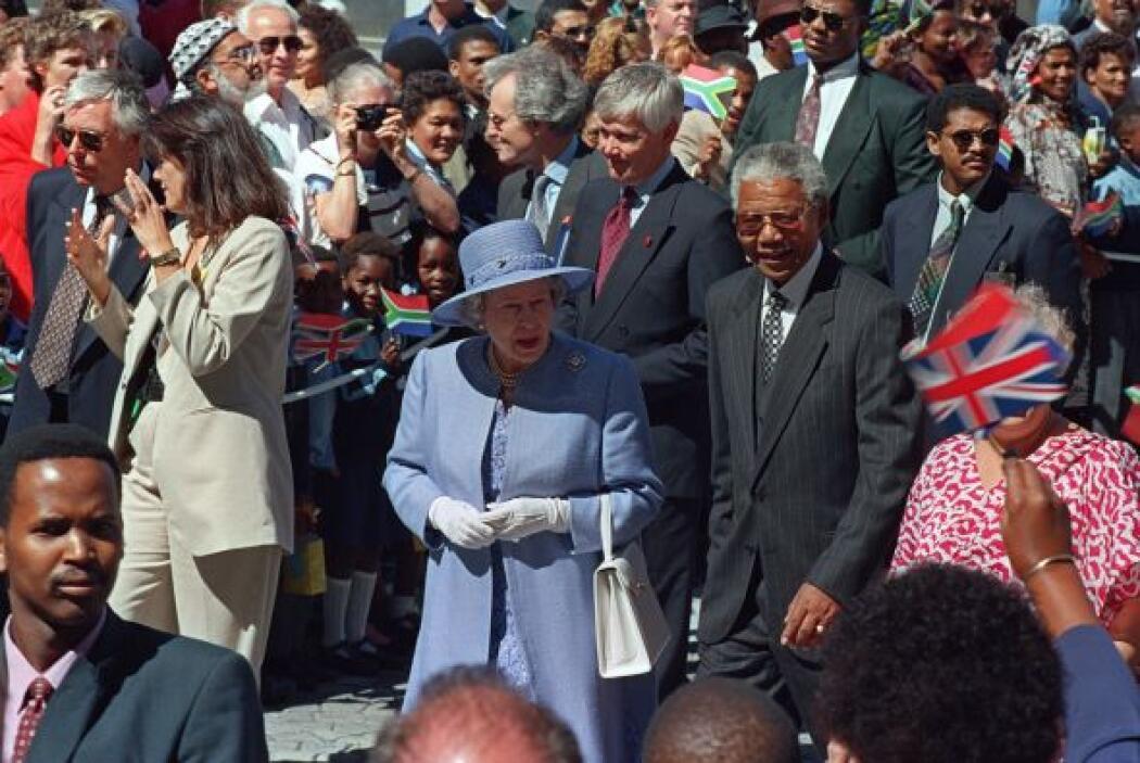 También la realeza recibió cariñosos abrazos de Mandela. La Reina Elizab...