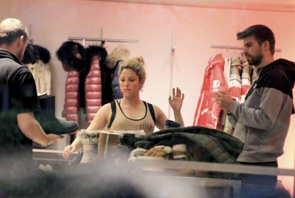 Los paparazzi la captaron de compras junto a Gerard y Milan.