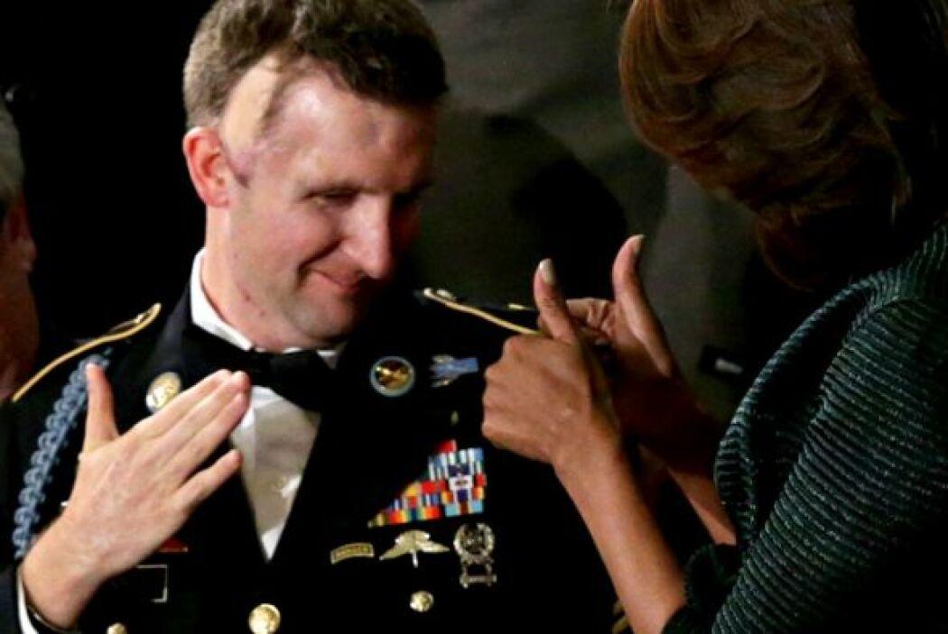 A lado de ella estaba el invitado de honor, el sargento Cory Remsburg qu...