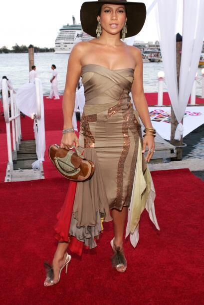 Jennifer Lopez puso de moda los sombreros de alas grandes para conseguir...