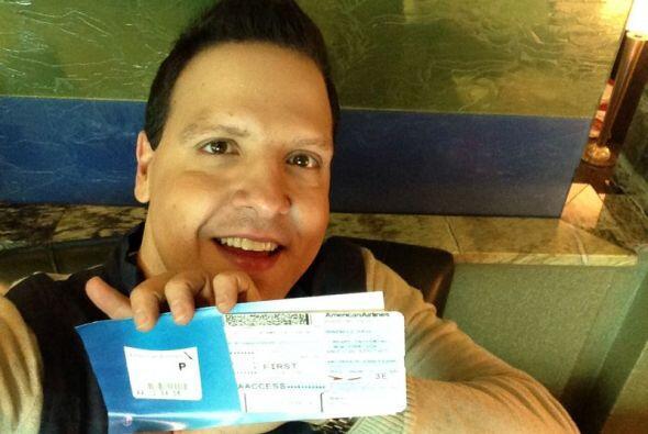 Raúl González mostró su boleto de avión con destino a Nueva York.
