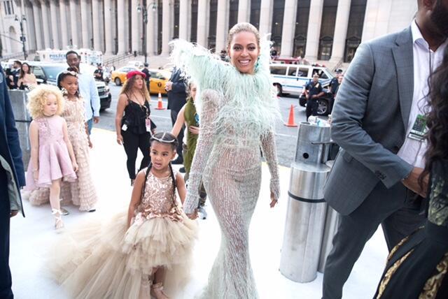 Beyonce sorprendió a sus fans a su arribo a los premios VMAs con la comp...