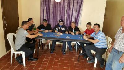 Lo velan jugando póker