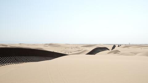 La barrera desde el lado estadounidense en un punto del desierto entre Y...