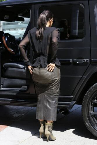 Kim Kardashian dejó ver su peor ángulo enfundada en una falda de cuero q...