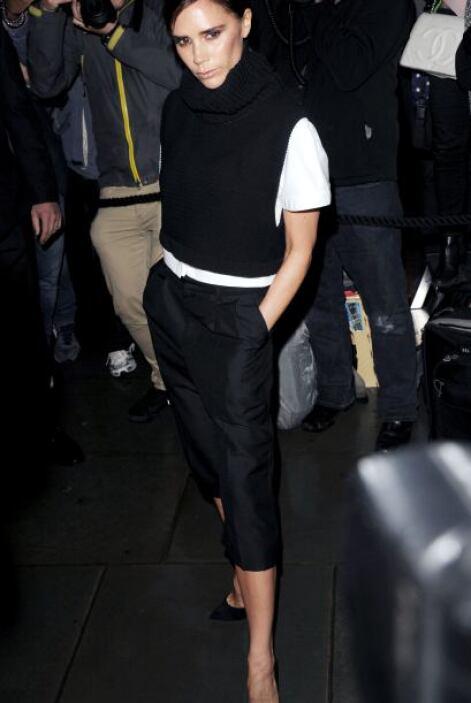 Victoria Beckham nos propone la combinación de pantalones pesqueros, un...