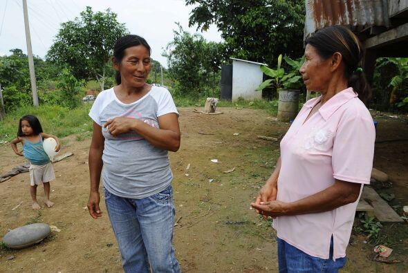 Maria Aguinda platica con su hermana Catalina, víctimas de este desastre.