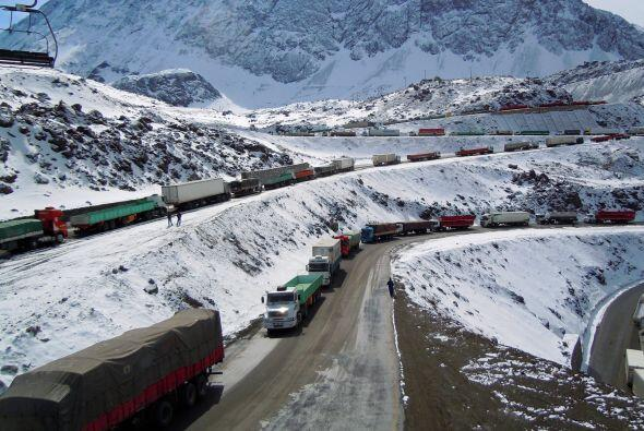 El tránsito de camiones de carga en la carretera entre Santiago de Chile...