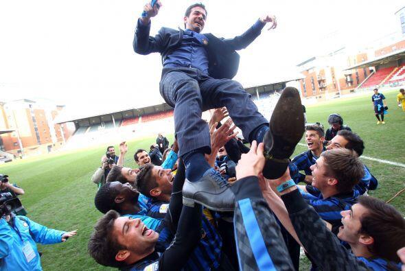 El entrenador Andrea Stramaccioni fue lanzado al aire para celebrar el t...