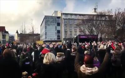 Miles de mujeres en Islandia dejaron de trabajar para protestar por la d...