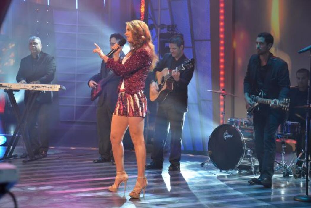 Lucero aceptó el reto y comenzó a cantar. Talento y belleza unidos en un...