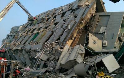 Así quedó el edificio tras el sismo en Taiwán.