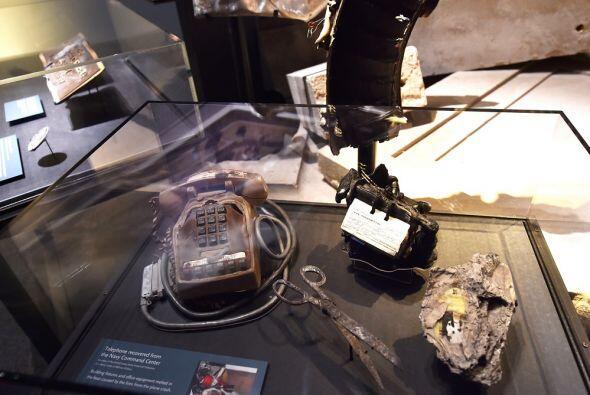 Un teléfono de escritorio, agenda, tijeras y más objetos encontrados en...