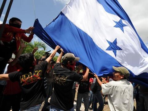 Miles de opositores paralizaron el martes sus labores para exigir un aum...