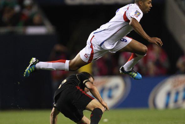 Y aquí el costarricense Alvaro Saborío practicaba un poco de carrera con...