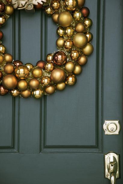 Con ornamentos dorados y brillantes. Dale a tu puerta de madera opaca un...