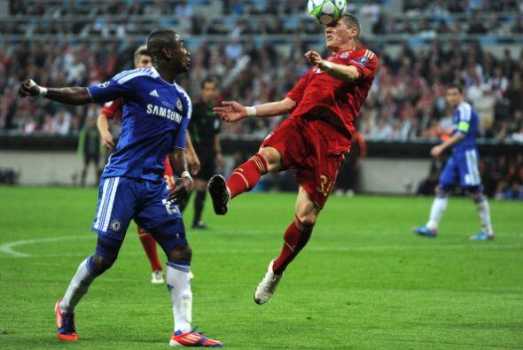 Bastian Schweinsteiger hizo un buen partido, cortando bien en defensa y...