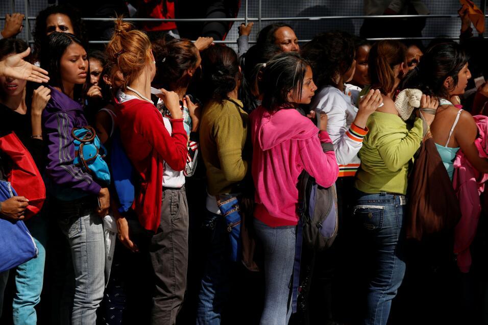 Hacer fila para sobrevivir en Venezuela