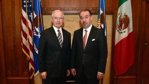 El procurador general de México, Raúl Cervantes posando con el fiscal ge...