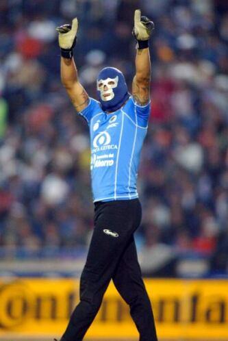 Otro futbolista que utilizaba màscaras durante los goles era el 'Gato' O...