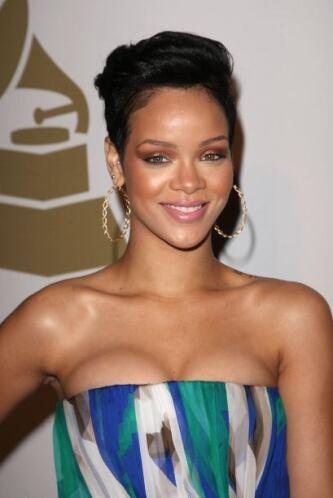 Rihanna nos deslumbró con su belleza y carisma.