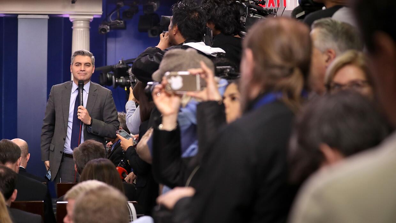 Periodistas esperan la salida de Sean Spicer a la su primera rueda de pr...