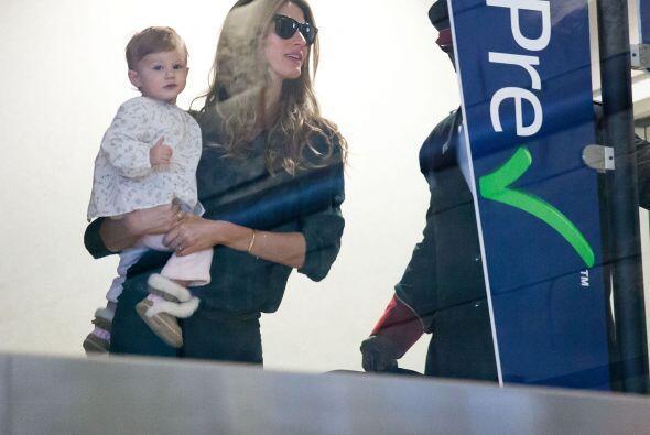 Gisele cargando a su bebé. Más videos de Chismes aquí.