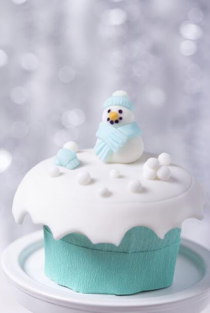 Los muñecos de nieve, hechos de chocolate parea modelar lucen ado...