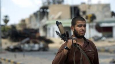 Un soldado rebelde busca refugio en Misrata ante el asedio de las fuerza...