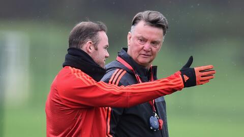 Rooney defendió a Van Gaal