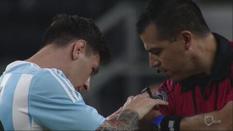 Messi auxilia al árbitro antes del inicio del partido
