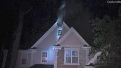 Una familia logró escapara un incendio luego de que un rayo impactó su v...