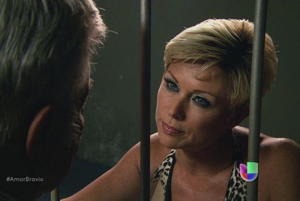 Cayetano le dice a su mujer que está por salir, que pida lo que quiera....