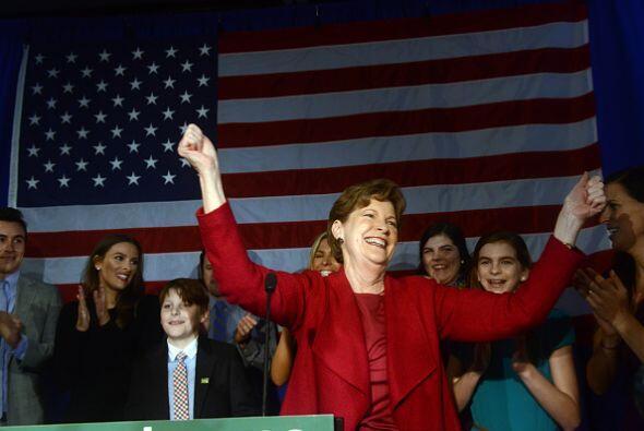 La senadora demócrata Jeanne Shaheen celebra con sus partidarios su triu...