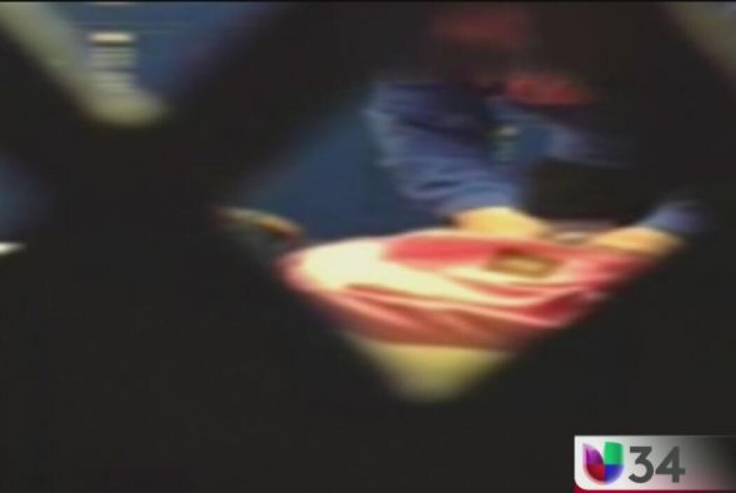 MAESTRA SORPRENDIDA ROBANDO DE LAS MOCHILAS.  Una estudiante se escondió...