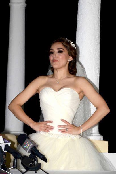 Orgullosa presumió su vestido de novia.
